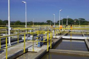 Reemplazarán una válvula de salida del agua potable que distribuye la planta Ramírez