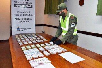 Viajaban a Paraná con más de $1.200.000 ocultos en la cabina de dos camiones