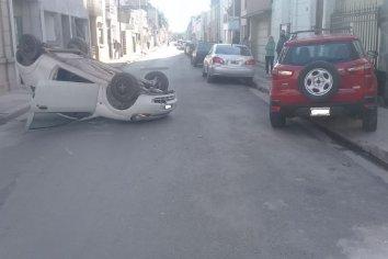 Conductora realizó una maniobra peligrosa y termino volcando su vehículo