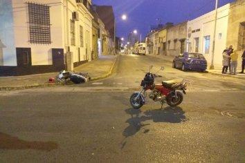 Dos jovenes debieron ser llevados al hospital luego de un accidente de transito