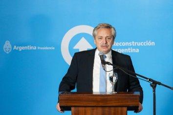 El Presidente recorrió obras y una fábrica textil y encabezó la firma de convenios