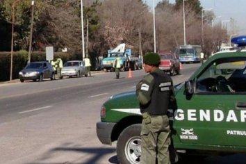 Arrastró a un gendarme 30 metros y permanece prófugo