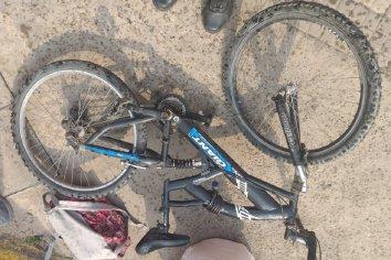 Un ciclista colisionó contra un automóvil