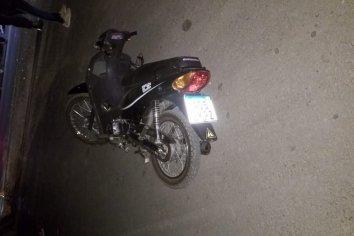 Motociclista chocó contra un montículo de tierra y resultó lesionado