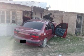 Conductor perdió el control y terminó incrustado en una vivienda