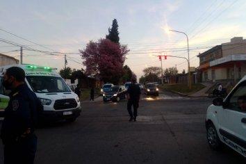 Conductor se subió al cordón y colisionó a una familia que circulaba caminando