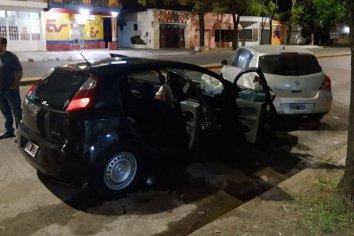 Jóvenes chocaron un auto estacionado en Av. Ramirez