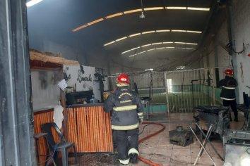 Por una perdida de gas en una freidora, se originó un incendio en la cantina de una cancha de futbol 5