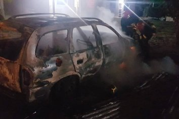 Automovil quedó totalmente consumido por las llamas
