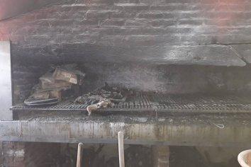 El exceso de grasa en una parrilla provocó un foco ígneo en una rotisería