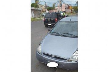 Una EcoSport chocó un auto estacionado
