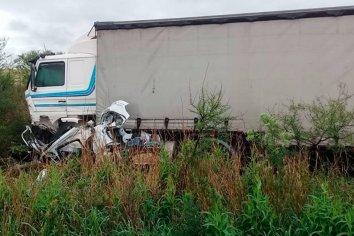 Fatal accidente entre un auto y un camión en la Ruta 26
