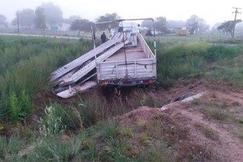 Un camión cayó a la alcantarilla tras despistar