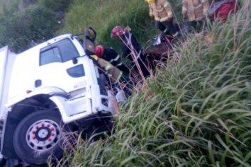Un camión volcó y su conductor quedó atrapado en la cabina
