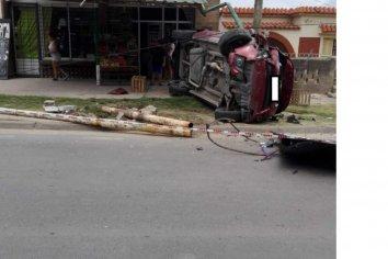 Mordió el cordón y volcó su camioneta