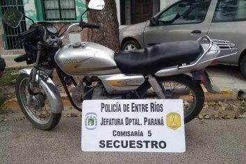 Dos sujetos acarreaban una moto robada