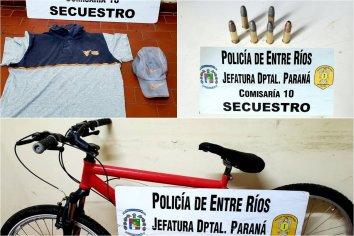 Secuestraron cartuchos de calibre 22 largo, una remera y una bicicleta