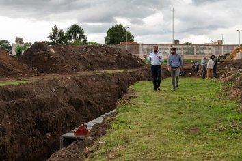 Bahl recorrió obras de desagües pluviales en barrio Paraná XIV