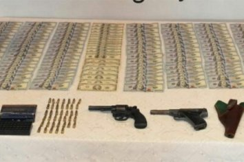 Hallaron dos armas, municiones y 15.000 dólares en un colectivo
