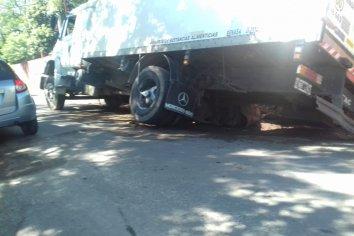 Camión quedó atrapado en un pozo sin señalizar