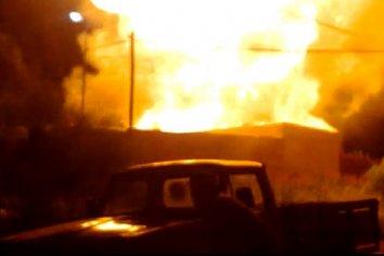 Explosiones de garrafas desencadenaron el incendio de una vivienda