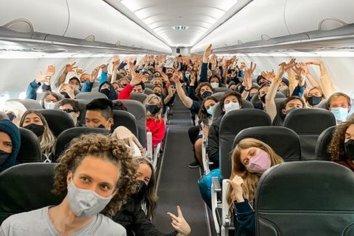 Dos vuelos que llegaron desde Bariloche con 78 estudiantes infectados