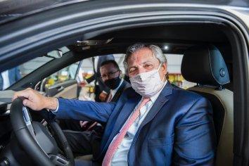 Fernández visitó una autopartista nacional que fabricará piezas para el nuevo modelo Volkswagen Taos