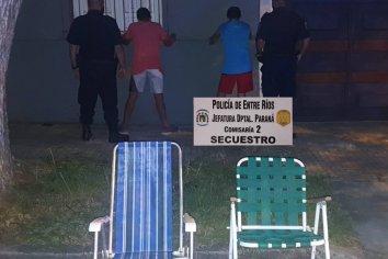 Corrían con dos sillones robados y fueron aprehendidos