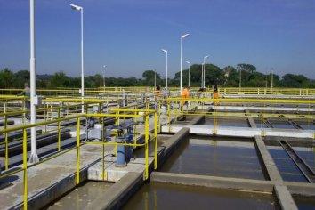 Personal municipal repara una conexión eléctrica interna en el centro de distribución de agua potable Lola Mora