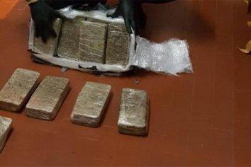 Detuvieron a dos personas tras descubrir encomienda con 19 kilos de droga en Entre Ríos