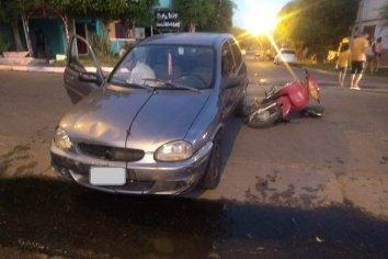 Un sujeto en moto con dos niños a bordo colisionó contra un auto