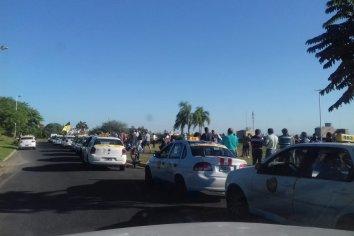 Taxistas se movilizan en reclamo de actualización de tarifas y rechazo a UBER