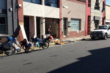 Mujer tropezó con elementos de construcción y casi fue arrollada por un colectivo