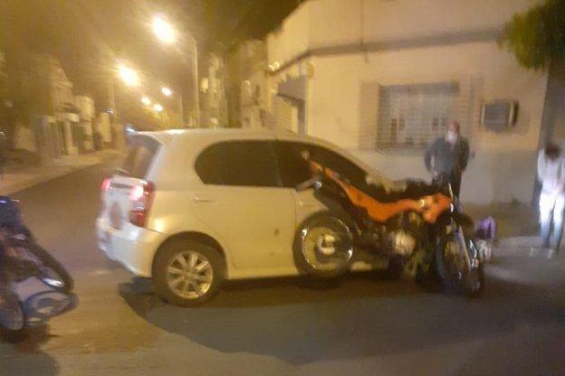Choque entre auto y moto en una esquina céntrica de nuestra ciudad