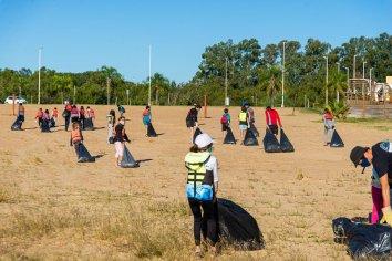 Adolescentes de la escuela de Canotaje de la Municipalidad limpiaron la costa del río