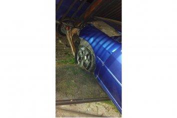 Un auto se estrelló contra una casa durante la madrugada