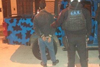Joven detenido por robar elementos de un auto
