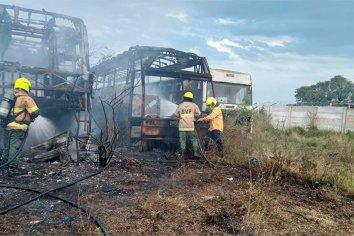 Investigan si fue intencional el incendio de tres colectivos en Paraná