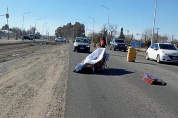 Un coche fúnebre perdió el cuerpo con el ataúd en medio de una ruta