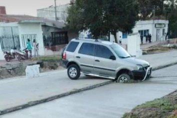 Camioneta se metió en la obra de Av. Zanni y se hundió en el hormigón