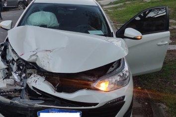 Conductor chocó fuertemente contra un auto estacionado
