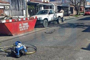Un ciclista falleció tras chocar contra la puerta de una camioneta
