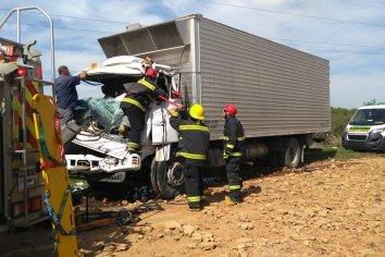 Dos camiones chocaron , un hombre quedo atrapado y tuvo que ser socorrido por bomberos